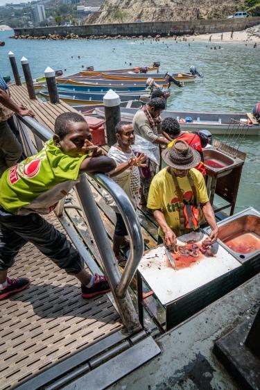 trimming-fish-kopi-market-port-moresby-png