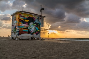 lifeguard-station-gordon-beach-sunset-tel-aviv