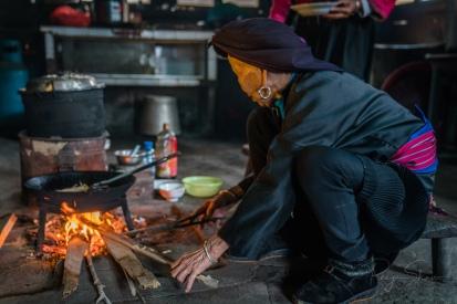 prepaing-campfire-kitchen-yao-minority-dazhai-village-china